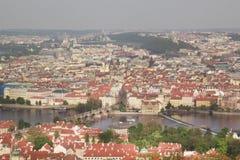 Härlig sikt av Charles Bridge, den gamla staden och det gamla stadtornet av Charles Bridge, Tjeckien Fotografering för Bildbyråer