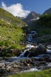 Härlig sikt av The Creek i bergen i sommar Arkivbild