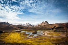 Härlig sikt av dalen och floden i Island Arkivbild