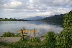 Härlig sikt av den alpina sjön royaltyfria bilder