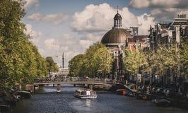 Härlig sikt av den Amsterdam kanalen i Nederländerna arkivfoton