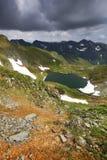 Härlig sikt av den Balea dalen i Fagaras berg Royaltyfria Bilder