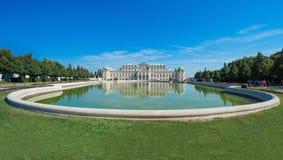 Härlig sikt av den berömda Schloss belvederen med en reflectant pöl fotografering för bildbyråer