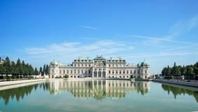 Härlig sikt av den berömda Schloss belvederen med ett reflectant bajs fotografering för bildbyråer