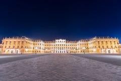 Härlig sikt av den berömda Schonbrunn slotten royaltyfri bild