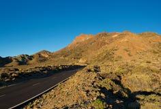 Härlig sikt av den bergkanten och vägen på vägen till tele fotografering för bildbyråer