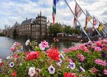 Härlig sikt av den Binnenhof slotten längs den Hohvijfer kanalen i Haag Den Haag med blå himmel på en solig dag, Nederländerna arkivbilder