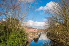 Härlig sikt av den Birmingham kanalen och kanalfartyg Arkivfoto