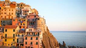 Härlig sikt av den gamla byn av Manarola i Cinque Terre Reserve på solnedgången Liguria region av Italien arkivfilmer
