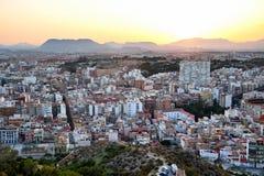 Härlig sikt av den gamla staden och monteringen Benacantil från Santa Barbara Castle tycka om solnedgång Alicante Spanien arkivfoton