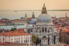 Härlig sikt av den Grand Canal och basilikaSanta Maria dellaen Arkivfoton
