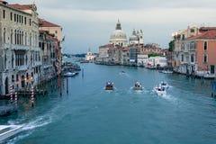 Härlig sikt av den Grand Canal och basilikaSanta Maria dellaen Arkivfoto