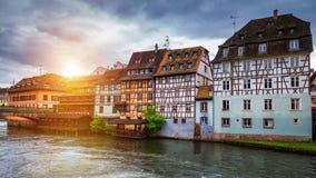 Härlig sikt av den historiska staden av Strasbourg, färgrikt hous Fotografering för Bildbyråer