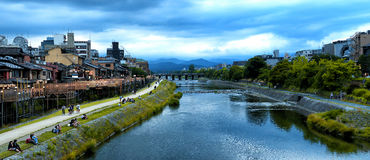 Härlig sikt av den Kamo-Gawa floden i Kyoto royaltyfria foton