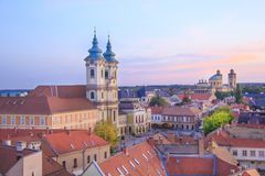 Härlig sikt av den Minorit kyrkan och panoraman av staden av Eger, Ungern Arkivbild