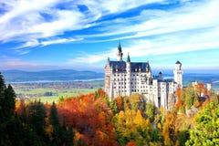 Härlig sikt av den Neuschwanstein slotten i höst arkivfoto