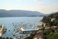 Härlig sikt av den populära semesterortstaden av Herceg Novi från fortre arkivfoto