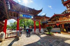 Härlig sikt av den röda sned träporten för traditionell kines Royaltyfri Foto