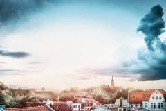 Härlig sikt av den sceniska europeiska gamla staden med historiska traditionella tyskhus och tak av gamla hus Royaltyfri Bild