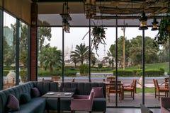 Härlig sikt av den Sheikh Zayed Grand moskén från en restaurang arkivfoton