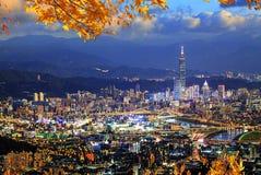 Härlig sikt av den Taipei staden som druning trevlig tid, Taiwan royaltyfri bild