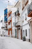Härlig sikt av den traditionella gatan av Blanes, Spanien Gata med traditionell spansk gammal arkitektur Fotografering för Bildbyråer
