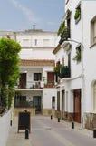 Härlig sikt av den traditionella gatan av Blanes, Spanien Gata med traditionell spansk gammal arkitektur Royaltyfri Foto