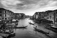 Härlig sikt av den traditionella gondolen på den stora berömda kanalen arkivfoton