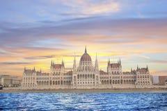 Härlig sikt av den ungerska parlamentet på Donaustranden i Budapest, Ungern Royaltyfri Foto