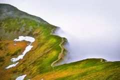Härlig sikt av det dimmiga Tatra berget Royaltyfria Bilder