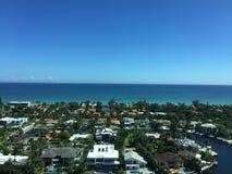 Härlig sikt av det Intracoastal, havet och en stad på en Sunny Day Royaltyfri Foto