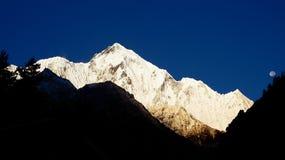 Härlig sikt av det majestätiska berget på bakgrunden av deen Fotografering för Bildbyråer
