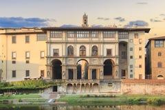 Härlig sikt av det Uffizi gallerit på bankerna av Arno River i Florence, Italien royaltyfri bild