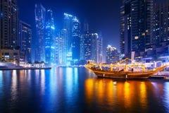 Härlig sikt av Dubai marinapromenad arkivbild