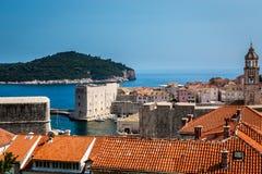 Härlig sikt av Dubrovnik Kroatien med den gamla staden och vattnet fotografering för bildbyråer