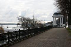 Härlig sikt av en axel på floden i staden av Yaroslavl Royaltyfri Bild