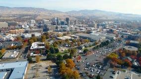 Härlig sikt av en flod i nedgång och den Boise Idaho horisonten arkivfilmer