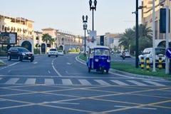 Härlig sikt av en gata i pärlan Qatar royaltyfria bilder