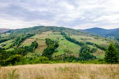 Härlig sikt av ett Transylvanian berglandskap och by royaltyfri foto