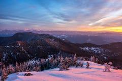 Härlig sikt av Fagaras berg under soluppgång som ses från monteringen Cozia royaltyfri foto