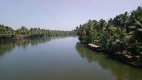 Härlig sikt av floden i kerala Indien med fartyget och kokospalmer royaltyfria foton