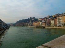 Härlig sikt av floden och de färgrika byggnaderna för tappning på kusten i vintern Lyon, Frankrike royaltyfri bild