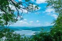 Härlig sikt av floden och den blåa himlen Arkivbilder