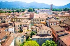 Härlig sikt av forntida byggnad med röda tak i Lucca, Italien Arkivbild