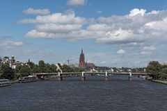 Härlig sikt av Frankfurt - f.m. - strömförsörjning med domkyrkan på flodsidan av strömförsörjningen, Hessen, Tyskland Royaltyfri Bild
