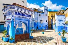 Härlig sikt av fyrkanten i den blåa staden av Chefchaouen Lo royaltyfri fotografi