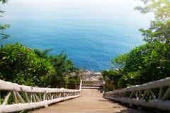 Härlig sikt av gångbanan till havet Arkivfoton