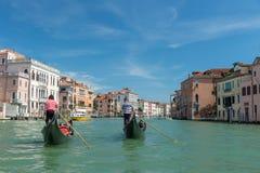 Härlig sikt av gondoler på den berömda kanalen som är stor på den soliga dagen royaltyfria bilder