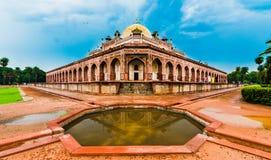 Härlig sikt av gravvalvet för Humayun ` s, Delhi, Indien Arkivbilder