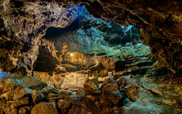 Härlig sikt av grottaväggen i grottapassage som visar detaljen av t arkivfoton